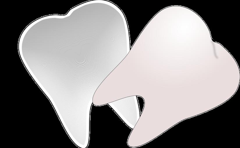 Śliczne nienaganne zęby również doskonały uroczy uśmieszek to powód do płenego uśmiechu.